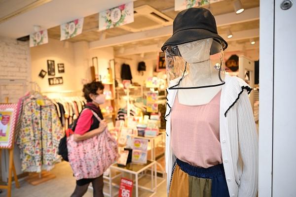 Modewinkels heropenen de deuren met mooie opkomst en zin voor shoppen bij consument